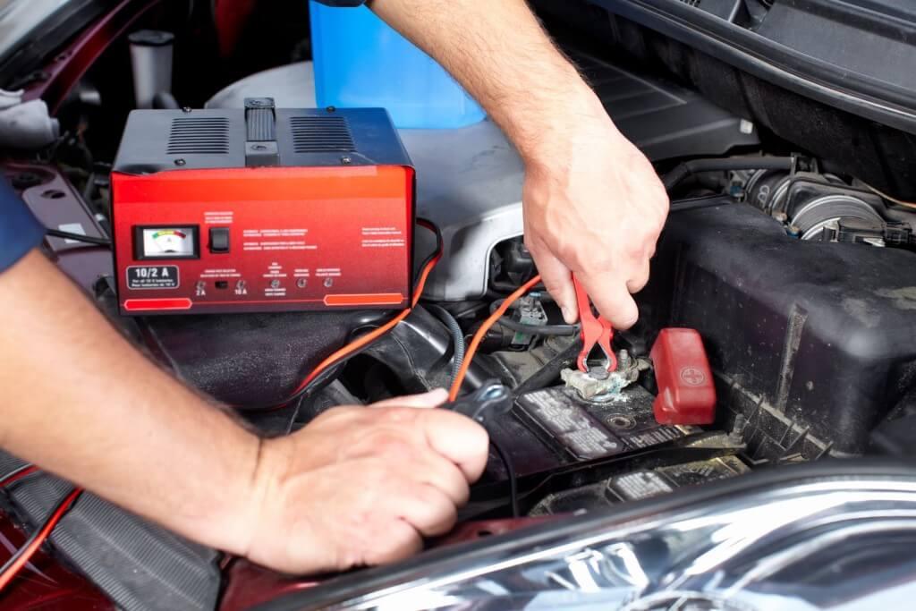 Professionelles Überprüfen einer Autobatterie